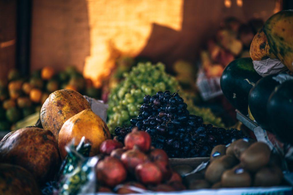 Prueba añadir fruta en tus snack. (Foto: Unsplash)